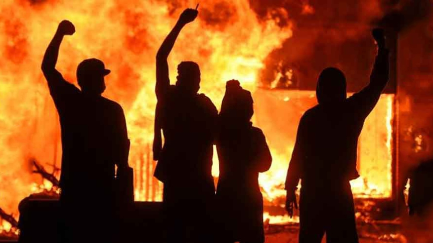 EE.UU. arde en protestas, al menos cuatromuertos