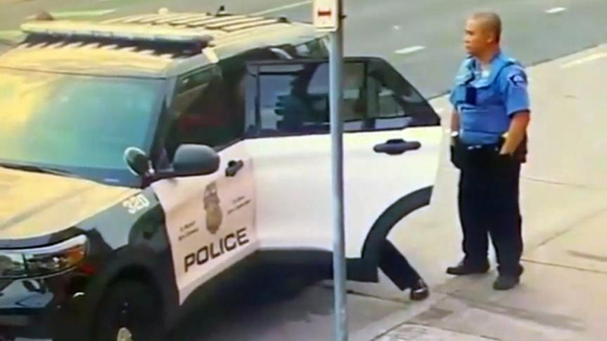 VIDEO: Nuevas imágenes de la detención de George Floyd muestran a los agentes forcejeando con él dentro delpatrullero